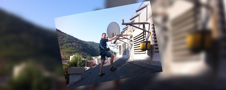Rafael Pisano (antennista ed elettricista) esegue installazione di una parabola su fune