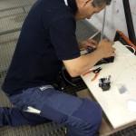 Rafael Pisano lavora alla giuntura (saldatura) di tratti di fibre ottiche