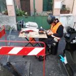 Rafael Pisano si presta ad effettuare una giunta di fibre ottiche