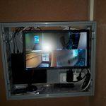 L'armadio con il monitor acceso