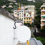 Particolare dell'impianto digitale terrestre e satellitare: le due antenne e la parabola satellitare
