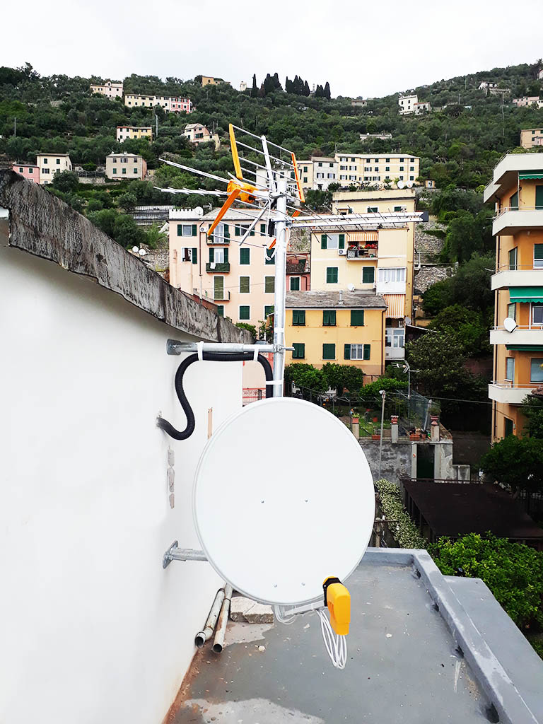 Particolare dell'impianto digitale terrestre e satellitare: le due antenne e la parabola satellitare