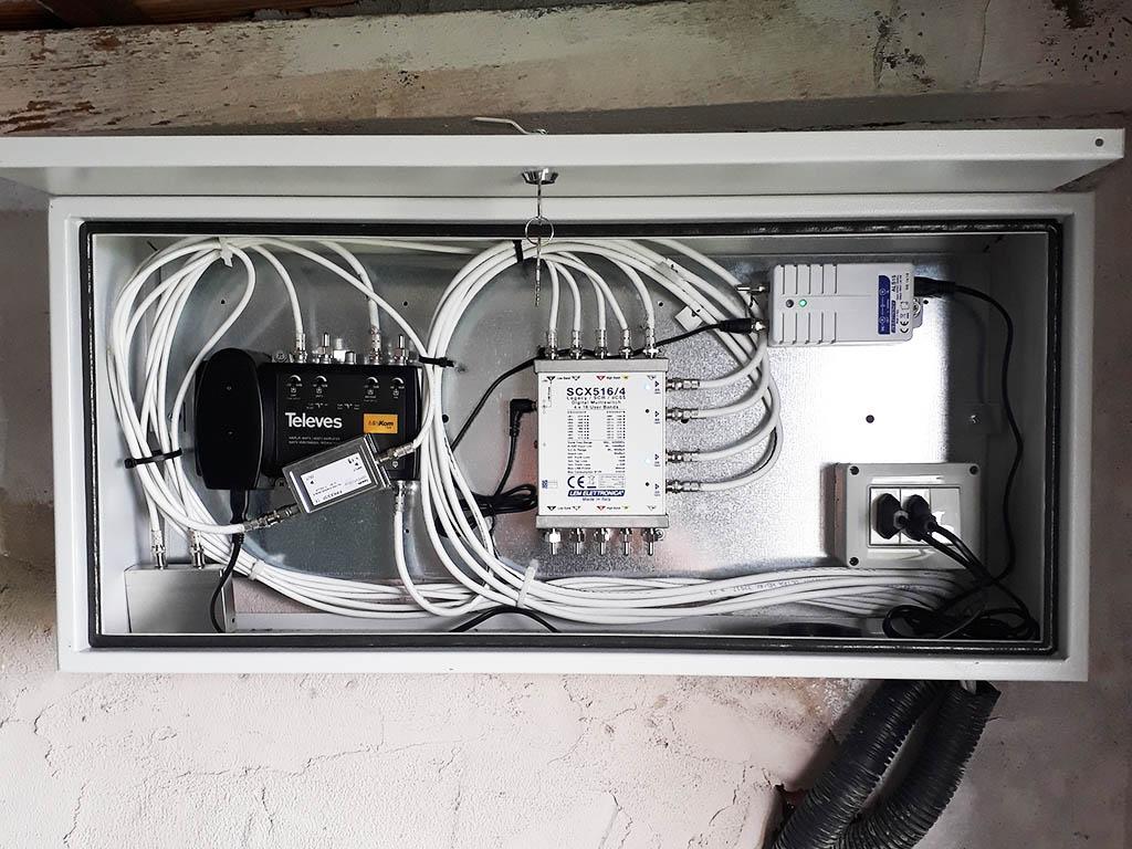 Il contenuto dell'armadietto dell'impianto digitale terrestre e satellitare: le due centraline