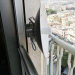 Antenna sul balcone nel quartiere di Carignano, a Genova – 8 marzo 2019 (foto 1 di 2)